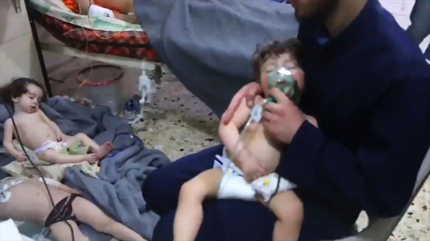 Ayudan a unos niños después de un presunto ataque con gas cloro en la ciudad siria de Duma.