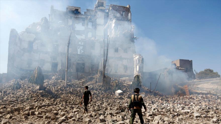 Daños causados por un ataque de Arabia Saudí a un edificio en Saná, capital yemení, 5 de diciembre de 2017. (Foto: AFP)
