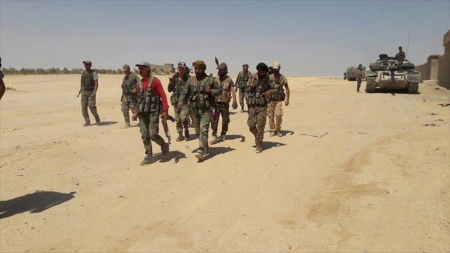 Soldados del Ejército sirio equipados con tanques de combate en la región sur de Siria.