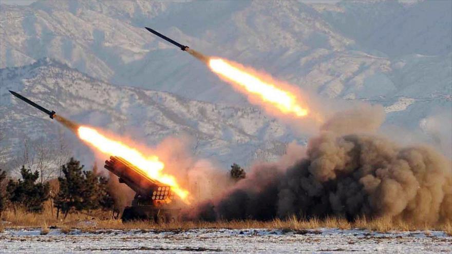 El lanzamiento de misiles balísticos tácticos desde un sistema ruso Iskander-M.