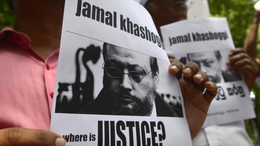 Activistas portan cárteles con foto del periodista Jamal Khashoggi frente al consulado saudí en Estambul (Turquía), 25 de octubre de 2018. (Foto: AFP)