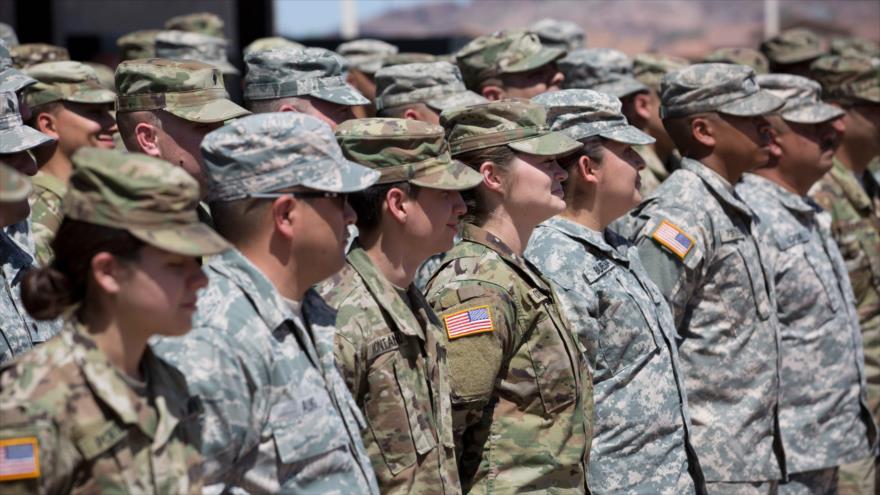 Militares de la Guardia Nacional de Arizona escuchan las instrucciones en la Reserva Militar de Papago Park en Phoenix, 09 de abril de 2018. (Foto: AFP)