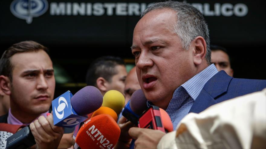 El presidente de la Asamblea Nacional Constituyente (ANC), Diosdado Cabello, habla con varios reporteros en Caracas (capital venezolana).
