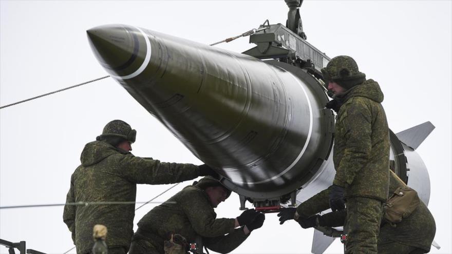 Militares rusos preparan un misil del sistema Iskander M En Astrakhan Oblast, Rusia, 5 de marzo de 2018 (Foto: Ministerio de Defensa de Rusia)