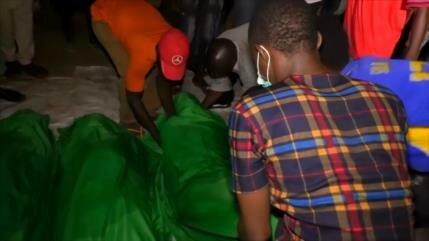 Nigerianos asisten al funeral de 42 manifestantes musulmanes