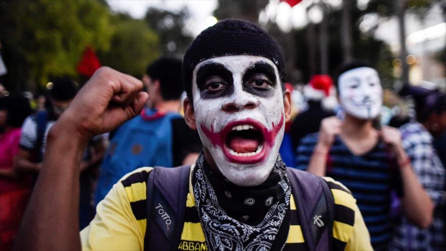 ¡Zombis colombianos protestan por falta de fondos para educación!