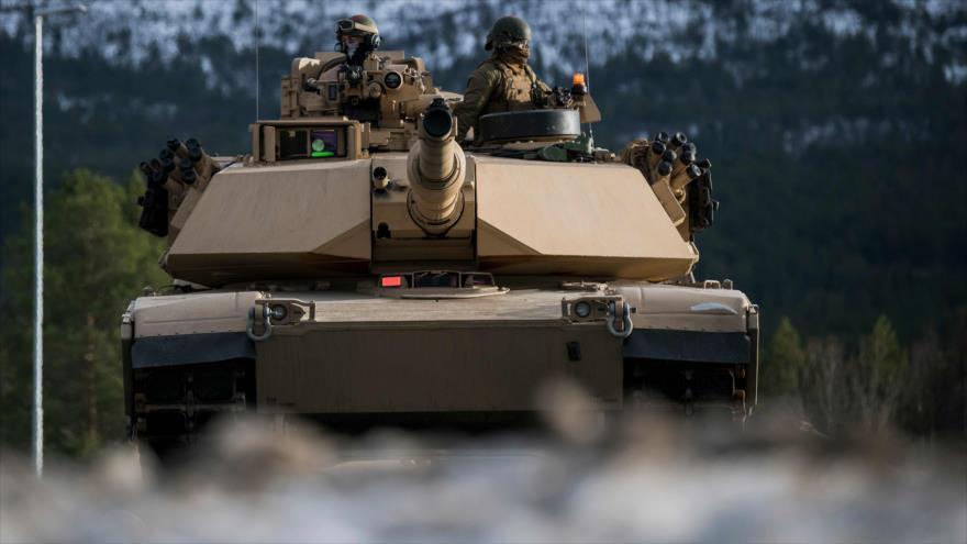 Marines de EE.UU. conducen un tanque en el marco de la maniobra Trident Juncture liderada por la OTAN, Noruega, 1 de noviembre de 2018. (Foto: AFP)