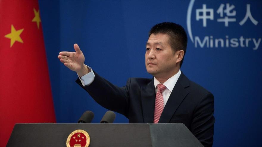 El portavoz de la Cancillería china, Lu Kang, durante una rueda de prensa.
