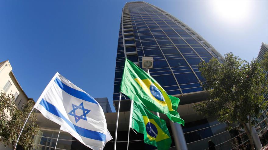 Las banderas israelí y brasileña fuera de la embajada de Brasil en Tel Aviv, 28 de octubre de 2018. (Foto: AFP)
