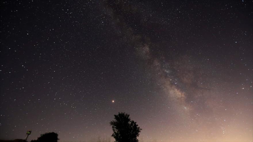 Las estrellas y la Vía Láctea en un cielo nocturno, 12 de agosto de 2018. (Foto: AFP)
