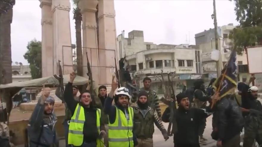 Los llamados cascos blancos juntos con miembros del grupo terrorista Frente Fath Al-Sham (anteriormente conocido como el Frente Al-Nusra) en la ciudad siria de Idlib.
