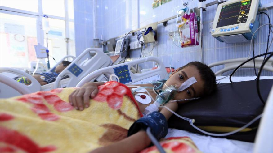 Un niño yemení que padece una infección por difteria recibe tratamiento en un hospital en la capital Saná, 31 de octubre de 2018. (Foto: AFP).