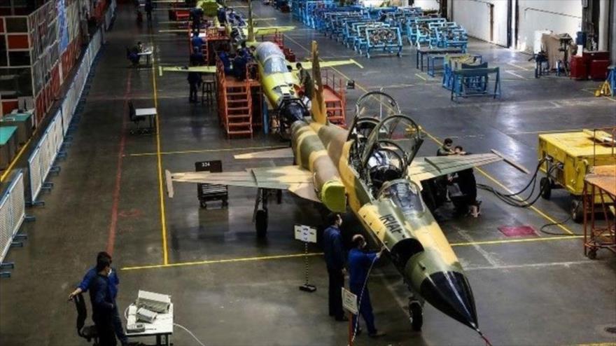 Irán comienza producción en serie de su avión de combate Kosar | HISPANTV