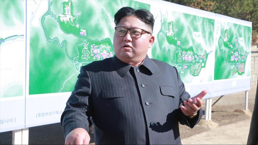 El líder norcoreano, Kim Jong-un, inspecciona el sitio de construcción de una zona turística en Pyongan del Sur, 1 de noviembre de 2018. (Foto: AFP)