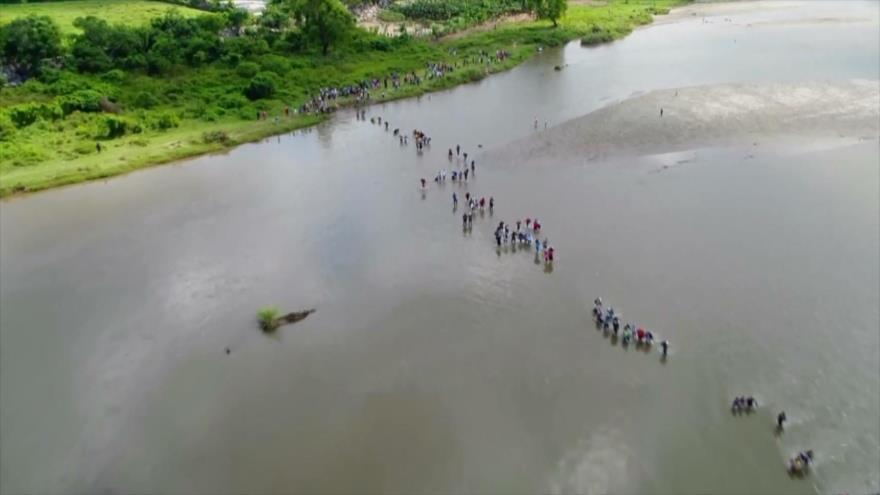 Caravana de migrantes cruza río Suchiate, entre Guatemala y México