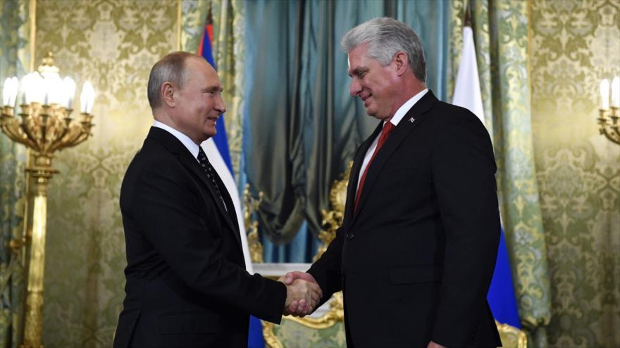 El presidente de Cuba, Miguel Díaz-Canel, (dcha.) saluda al presidente ruso, Vladimir Putin, Moscú, 2 de noviembre de 2018, (Fuente: AFP).