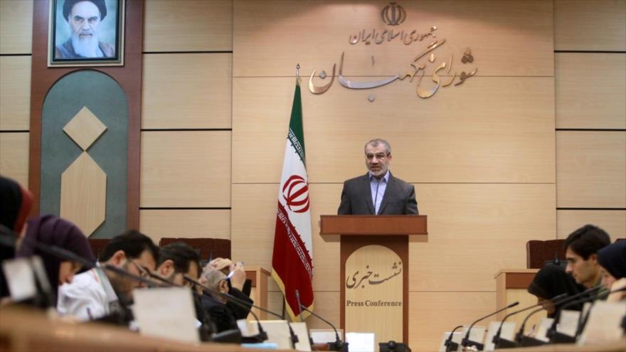El portavoz del Consejo de Guardianes de Irán, Abás Ali Kadjodai, habla en una rueda de prensa en Teherán (capital).