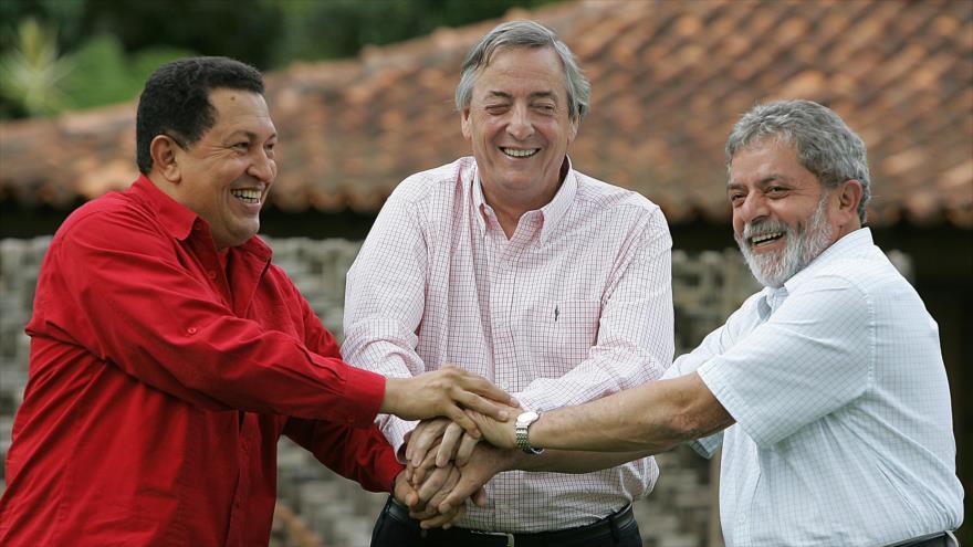 De izquierda a derecha, los expresidentes de Venezuela, Argentina y Brasil, Hugo Chávez, Néstor Kirchner, y Luis Inácio Lula da Silva, respectivamente.