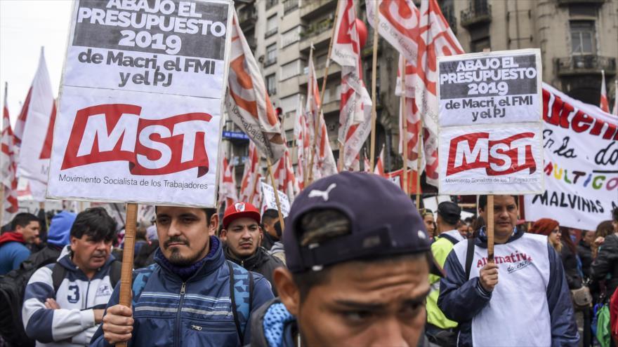 Manifestantes argentinos protestan frente al Congreso contra la aprobación del proyecto de presupuesto del Gobierno, 24 de octubre de 2019. (Foto:AFP)