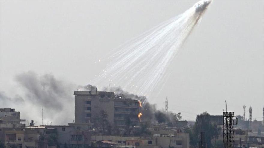 """Bombardeo con proyectiles de fósforo blanco de la """"coalición contra EIIL"""" en la ciudad de Mosul, en el norte de Irak."""
