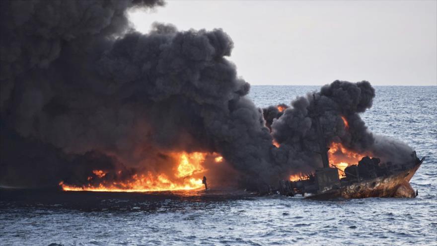 El petrolero iraní Sanchi en llamas frente a las costas del este de China, 14 de enero de 2018.