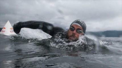Un hombre da la vuelta a nado al Reino Unido por primera vez