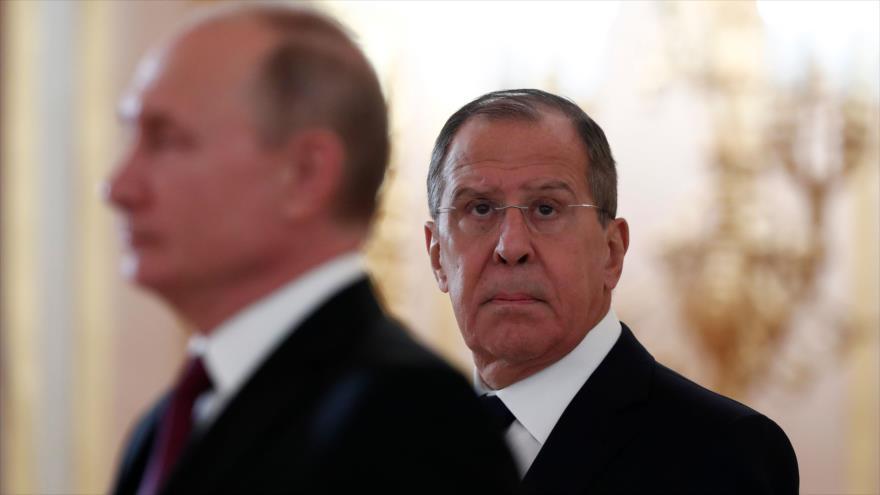 El presidente y el canciller de Rusia, Vladimir Putin y Serguéi Lavrov, respectivamente, en una ceremonia en Moscú, 11 de octubre de 2018. (Foto: AFP).