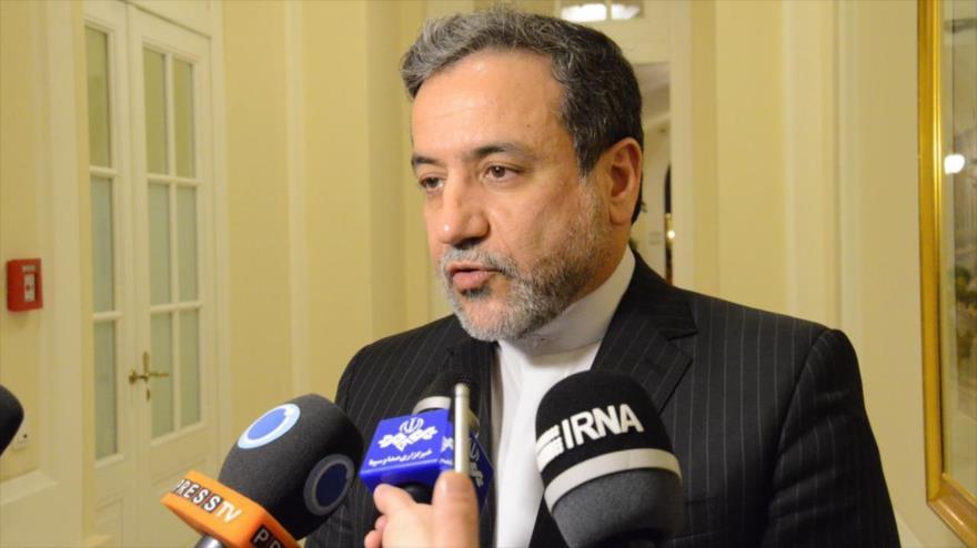 El vicecanciller iraní para Asuntos Políticos, Seyed Abás Araqchi, habla con periodistas.