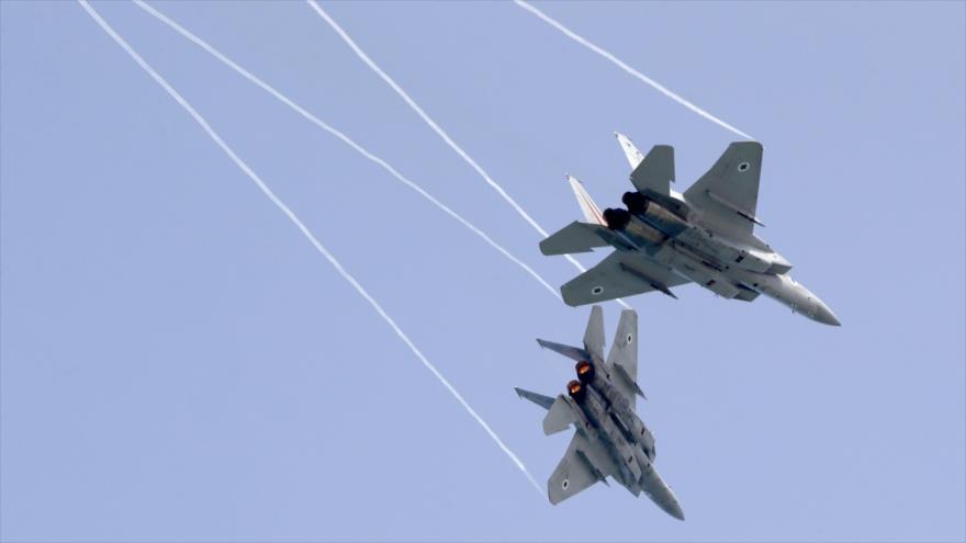 Aviones F-15 Eagle de la fuerza aérea israelí durante una maniobra militar.