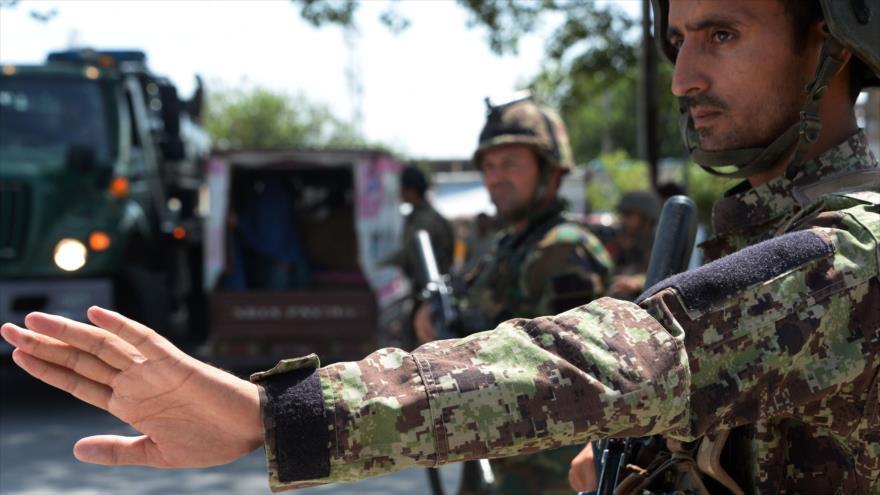 Soldados afganos controlan el tránsito de los vehículos en un puesto de control en Yalalabad (oeste), 1 de agosto de 2018. (Foto: AFP)