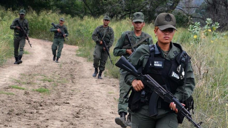 Soldados de la Guardia Nacional de Venezuela patrullan a lo largo del río Táchira, en la frontera con Colombia, 21 de diciembre de 2016. (Foto: AFP)