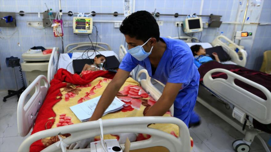 Un niño yemení que padece una infección por difteria recibe tratamiento en un hospital de Saná (capital), 31 de octubre de 2018. (Foto: AFP)