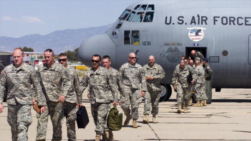 Tropas de la 89 Brigada de Policía Militar, de la Fuerza de Tarea Griffin preparándose para abordar un avión C-130J Super Hércules, 29 de octubre de 2018.