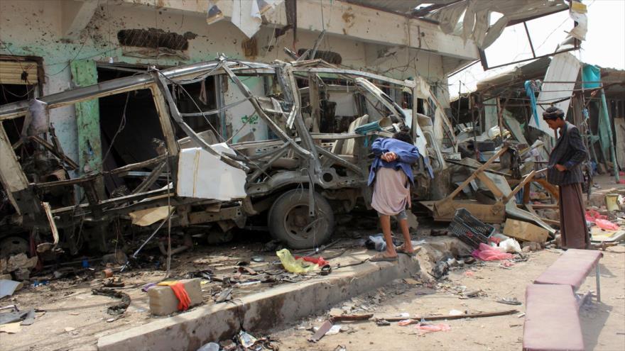 Yemeníes se reúnen en una zona atacada por la coalición saudí en Al-Dahyan, en la norteña provincia de Saada, 10 de agosto de 2018. (Foto: AFP)