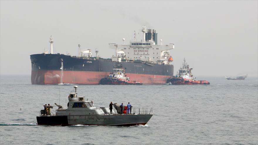 Lancha de la Armada iraní escolta barco petrolero del país persa cerca de la isla de Jark, en el Golfo Pérsico 12 de marzo de 2017 (Foto: AFP)