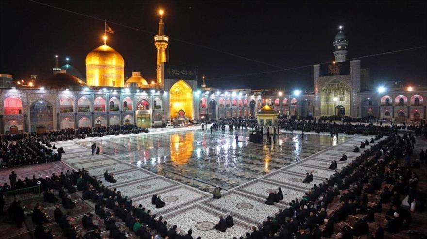 Musulmanes se congregan en el mausoleo del Imam Reza (la paz sea con él), octavo Imam de los chiíes en la ciudad de Mashad, 10 de diciembre de 2018.