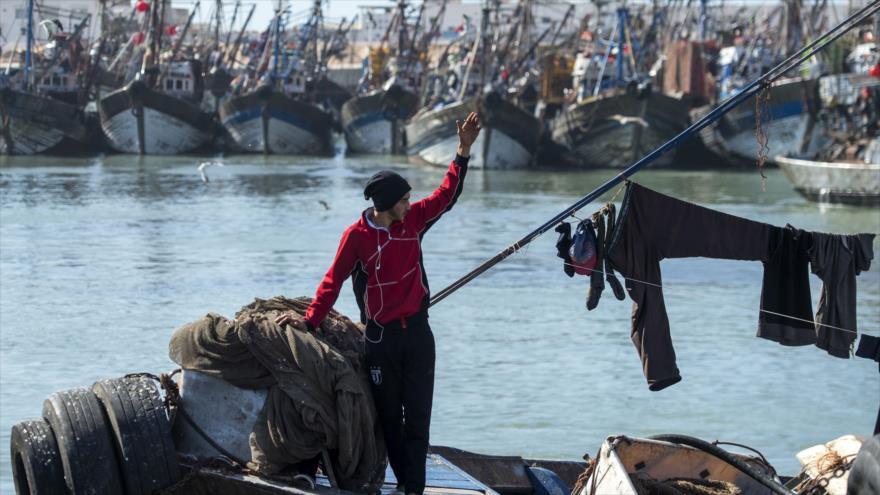 Un pescador descansa en su bote en el puerto de la ciudad principal de Sahara Occidental, controlada por Marruecos, 3 de noviembre de 2018, (Foto: AFP)