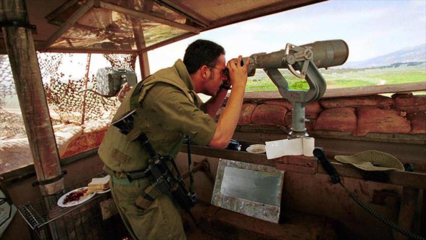 Un soldado israelí en un puesto ubicado cerca de las fronteras de El Líbano.