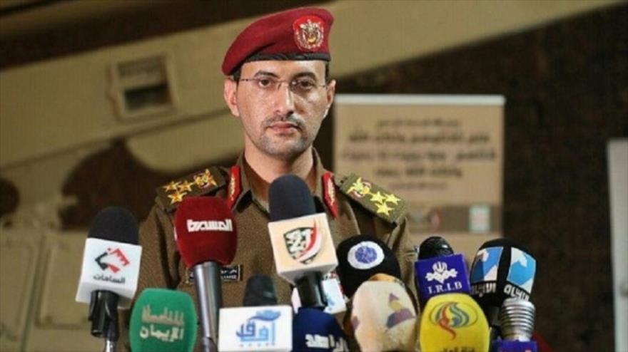 Yahya Sarie, portavoz del Ejército yemení, habla con la prensa.