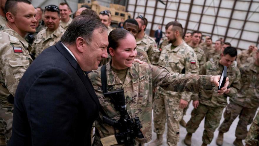 El secretario de Estado de los EE.UU., Mike Pompeo, visita la base aérea de Bagram, en Afganistán, 9 de julio de 2018. (Foto: AFP)