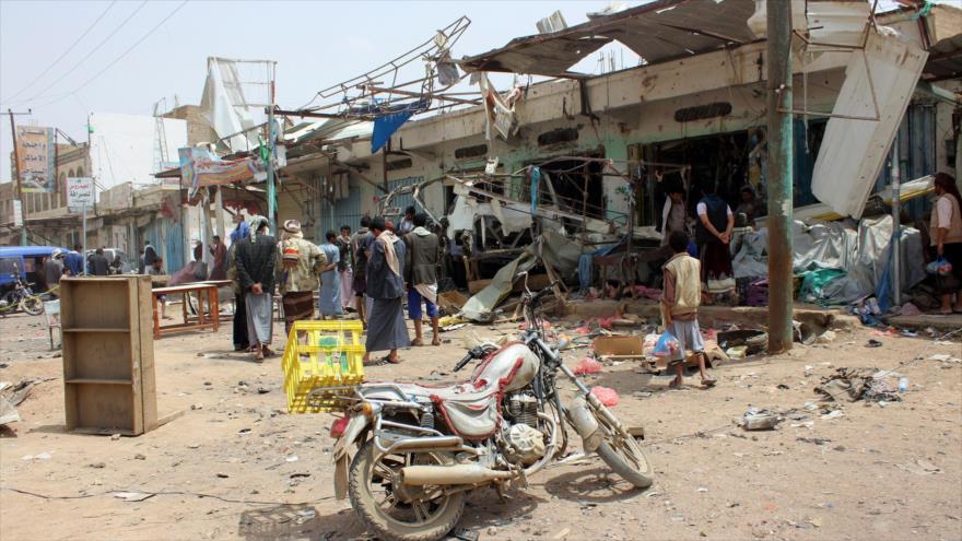 Yemeníes entre los escombros de los edificios destruidos por ataques de la coalición saudí en Saada, 10 de agosto de 2018. (Foto: AFP)