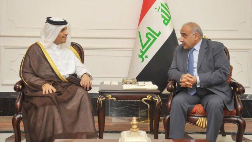 El canciller de Catar, Muhamad bin Abdulrahman Al Thani (izda.), se reúne con el primer ministro de Irak, Adel Abdul-Mahdi, 8 de noviembre de 2018.