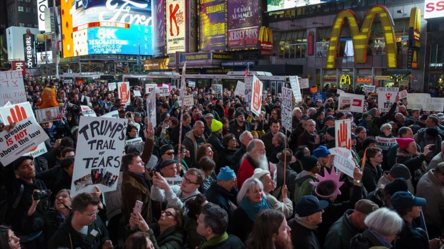 Marchan en EEUU contra Trump y el despido de su fiscal general Sessions