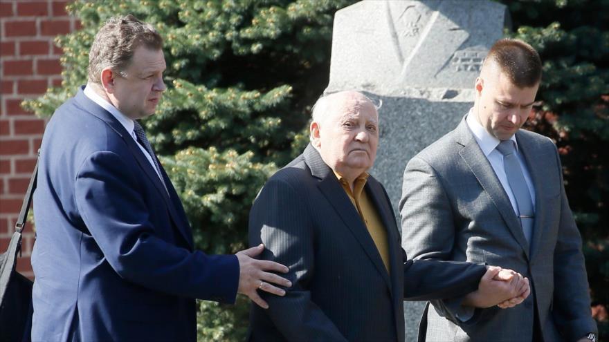 Expresidente de la Unión de Repúblicas Socialistas Soviéticas (URSS), Mijaíl Gorbachov (centro), en Moscú, Rusia, 9 de mayo de 2018. (Foto: AFP)