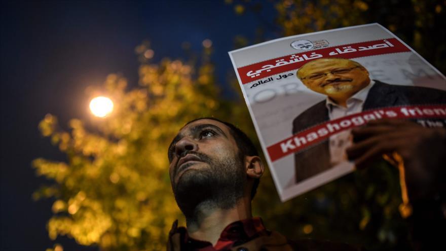 Un manifestante porta una imagen del periodista saudí Jamal Khashoggi fuera del consulado de Arabia Saudí en Estambul, 25 de octubre de 2018.