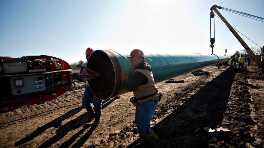 Obreros mueven parte de ducto que va a ser usado en proyecto de oleoducto Keystone XL en Oklahoma, EE.UU. 11 de marzo de 2013.
