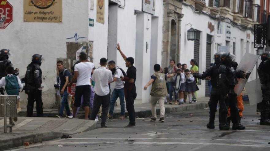 Policía reprime protestas estudiantiles contra políticas de Duque