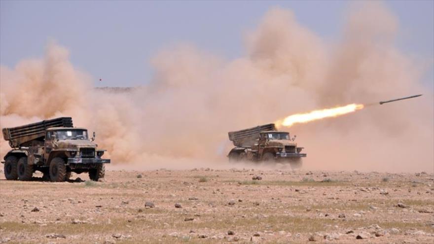 Unidades de artillería siria lanzan cohetes contra regiones terroristas en la provincia siria de Hama.