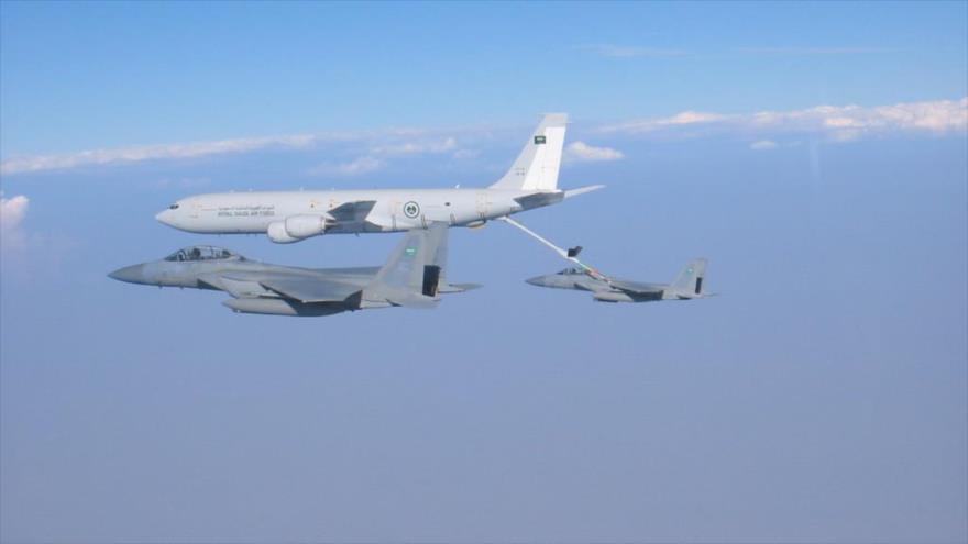 Un Boeing 707 reabastece combustible del avión de combate F-15 de Arabia Saudí.