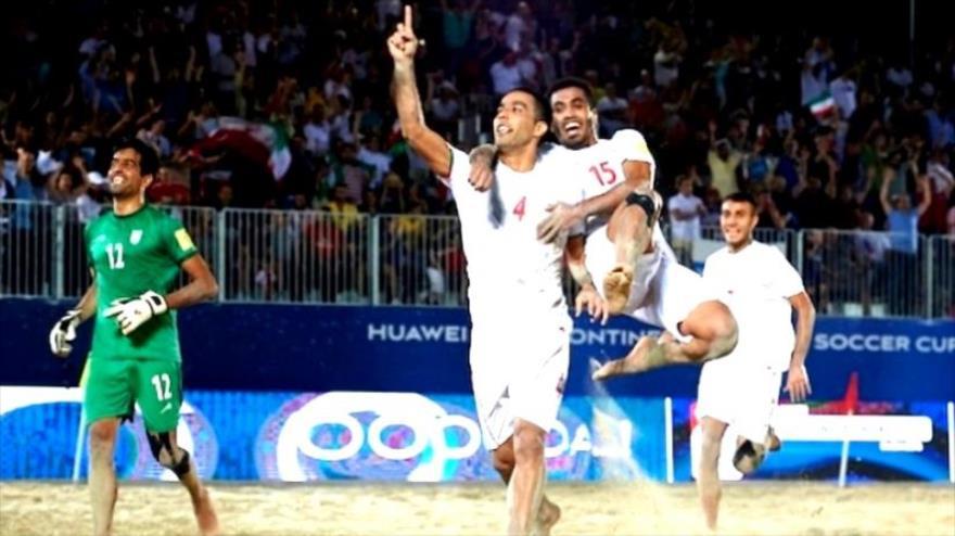 Jugadores iraníes festejan su victoria ante Egipto en la Copa Intercontinental Internacionales Fútbol Playa, EAU, 9 de noviembre de 2018.